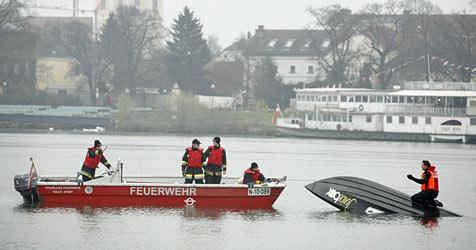 Speedboot kentert bei Testfahrt auf der Donau nahe Tulln (Bild: Christoph Matzl)