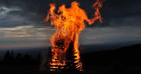 Sechsjähriger stürzt bei Sonnwendfeier in Feuerstelle (Bild: dpa/A3446 Patrick Seeger)