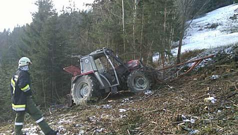 56-Jähriger stürzt mit Traktor über steile Böschung ab (Bild: Freiwillige Feuerwehr Göstling/Ybbs)