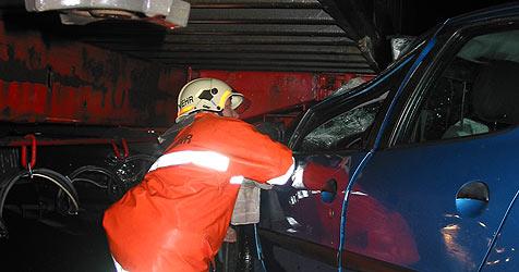 Pkw rast in Sattelschlepper - Kleinkind verletzt (Bild: FF Irndorf)