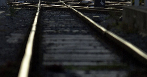 18-Jähriger in Leonding von Zug erfasst (Bild: APA/BARBARA GINDL)