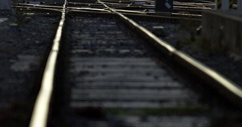 Handbremse nicht angezogen - Auto rollt auf Bahngleise (Bild: APA/BARBARA GINDL)