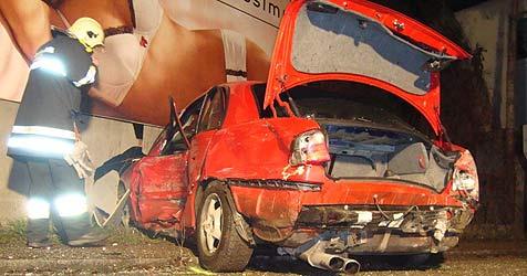 Auto schrammt Hauswand und kracht gegen Pkw (Bild: FF Hart)