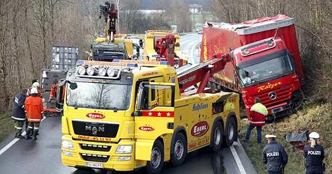 Bergekran verliert Hubstapler auf dem Weg zu Unfall-Lkw (Bild: Markus Tschepp)