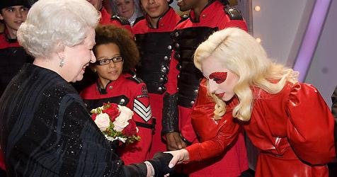 Britische Königin schüttelt schriller Lady Gaga die Hand