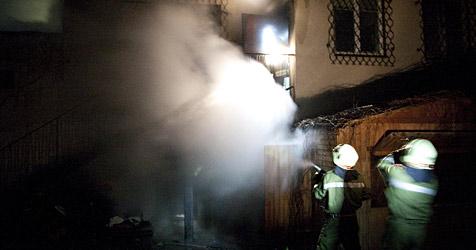 Einsatzkräfte retten Pensionistin aus brennendem Haus (Bild: Jürgen Pistracher)