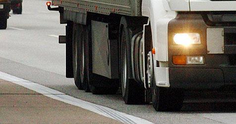 Beschädigter Lkw verliert nach Unfall 300 Liter Diesel (Bild: dpa/dpaweb/dpa/Maurizio Gambarini)