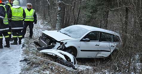 Frau schlittert mit ihrem Auto über Böschung (Bild: FF St. Florian)
