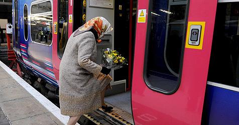 Queen fährt mit dem Zug in die Weihnachtsferien
