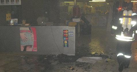 Adventkranz setzt Autohaus im Bezirk Ried in Brand (Bild: FF Aurolzmünster)
