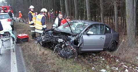 Autos krachen frontal zusammen - zwei Verletzte (Bild: Feuerwehr Haag/Hausruck)