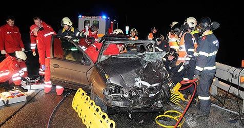 37-Jährige rammt mit Pkw Unfallauto - 3 Schwerverletzte (Bild: APA/Paul Plutsch)