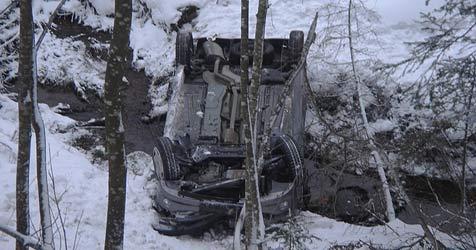 Pkw stürzt 20 Meter über Böschung ab – fünf Verletzte (Bild: FF Maria Alm)