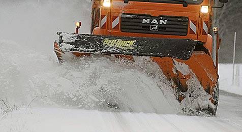 Starker Schneefall sorgt für Probleme auf den Straßen (Bild: dpa/A3528 Armin Weigel)