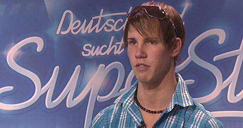 Ekel-Bohlen macht Burschen mit Fleck auf der Hose fertig (Bild: (c) RTL / Stefan Gregorowius)