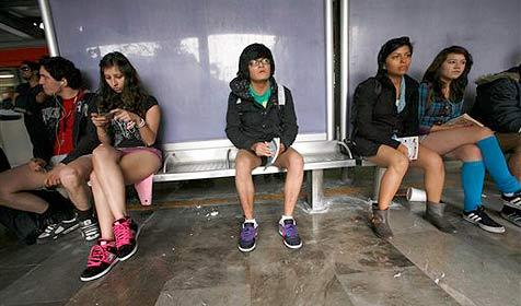 Hunderte New Yorker ohne Hosen in der U-Bahn (Bild: AP)
