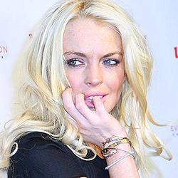 Lindsay Lohans Fahrerin fährt Paparazzo an