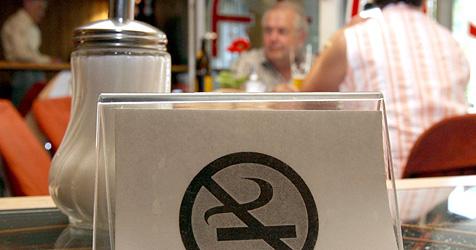 Dicke Luft wegen Rauchverbot bei Gastronomen (Bild: dpa/A2411 Norbert Försterling)
