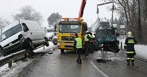 Lenker verreißt Wagen - schwer verletzt (Bild: FF Neuhofen/Krems)