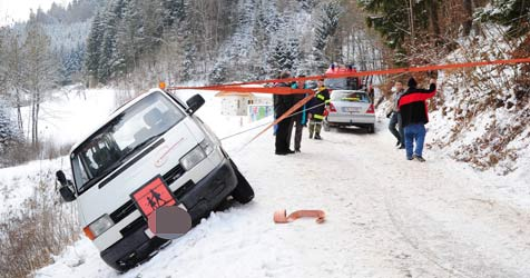 Schulbus hängt an Abgrund - gefährliche Bergung (Bild: Foto Kerschi)