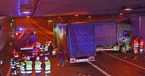 Lkw kracht auf S1 nahe Wien in eine Tunnelwand (Bild: Florian Schützenhofer)