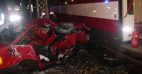 Rotlicht zu spät bemerkt - Pkw von Lokalbahn erfasst (Bild: FF Oberndorf)