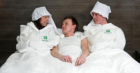 Hotelkette bietet Gästen menschliche Bettwärmer an (Bild: Holiday Inn)