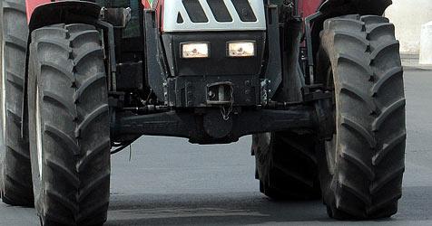 71-Jähriger stirbt nach Vier-Meter-Absturz mit Traktor (Bild: APA/Georg Hochmuth)