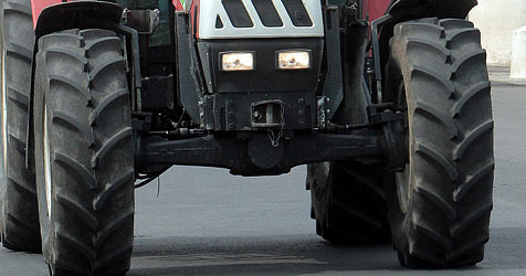 Sechsjähriger Bub fährt mit Traktor seine Oma nieder (Bild: APA/Georg Hochmuth)