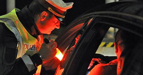 Flucht vor Polizei endet für Alkolenker auf Verkehrsinsel (Bild: apa/HERBERT NEUBAUER)