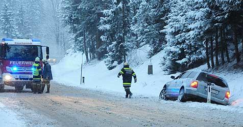 Begraben unter Schnee - Chaos auf den Straßen (Bild: Foto Kerschi)