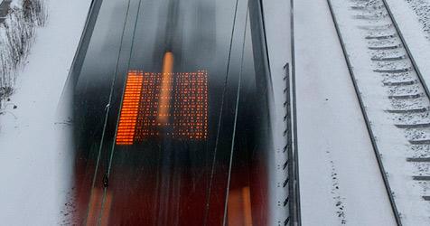 Fahrzeug blieb im Bezirk Perg auf Bahngleisen hängen (Bild: AP)