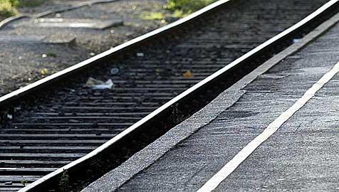 Betrunkener Lenker verirrt sich mit Pkw auf einen Bahnsteig (Bild: APA/Roland Schlager)