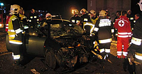 Niederösterreicher kracht gegen wendenden Lkw (Bild: Stadtfeuerwehr Fischamend)