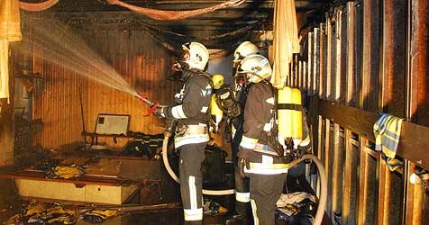 Kabinentrakt des UEC Mödling geht in Flammen auf (Bild: Florian Schützenhöfer / BFK Mödling)