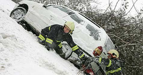 Schnee fordert zahlreiche Verkehrsopfer (Bild: FF Alkoven / Kollinger)