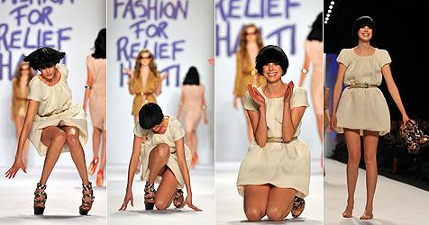 Brit-Model Agyness Deyn stolpert am Haiti-Relief-Catwalk