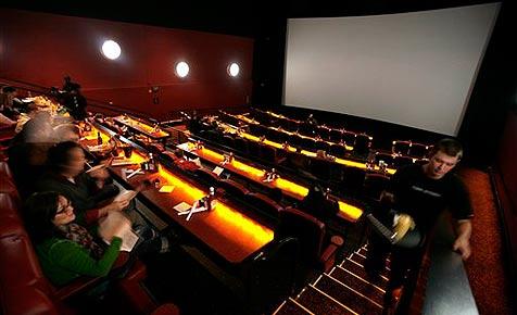 Chinesin verklagt Kino wegen 20 Minuten Werbung