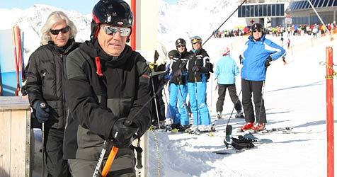 Fesche Tirolerin lehrt Dieter Bohlen das Wedeln (Bild: babiradpictures/O.Schmitt)