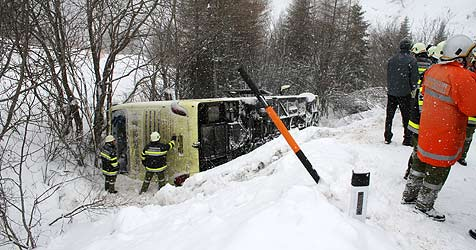 Reisebus mit 60 Jugendlichen in Graben gestürzt (Bild: Rotes Kreuz/Kampl)