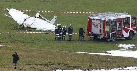 Kleinflugzeug in Waldzell abgestürzt - zwei Insassen tot (Bild: APA/Alois Litzlbauer)