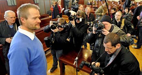 Zwischenrufe und heftige Reibereien im Gerichtssaal (Bild: APA/HERBERT PFARRHOFER)