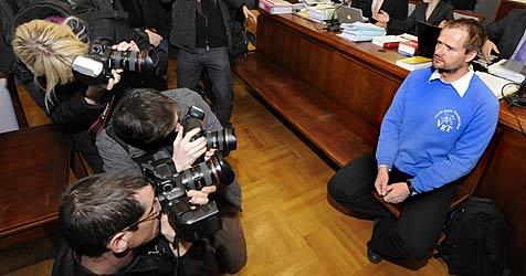 Angeklagte wollen sich in Stacheldraht einwickeln (Bild: APA/HERBERT PFARRHOFER)