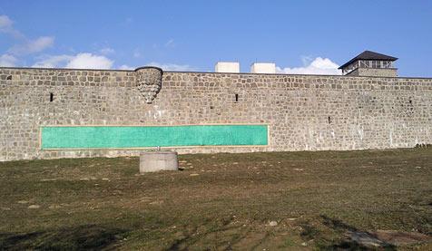 Nazi-Parolen auf KZ-Mauthausen-Mauer geschmiert (Bild: Mauthausen Komitee Österreich)