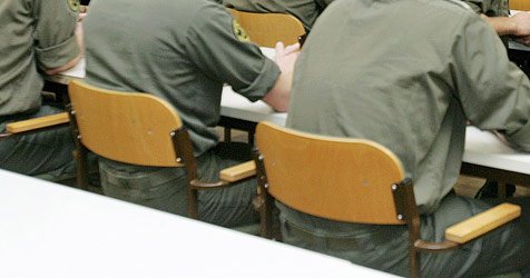 15-Jähriger in Militär-Schule von Kollegen gequält (Bild: APA/DRAGAN TATIC)