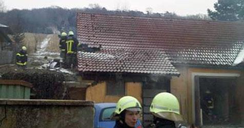 Brennender Müllcontainer steckt Wohnhaus in Brand (Bild: FF Inprugg)