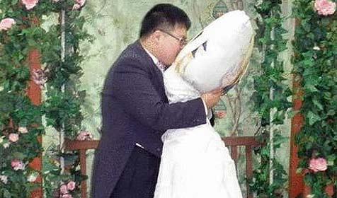 Koreaner heiratet Kopfpolster mit Anime-Aufdruck (Bild: www.88ee.com)