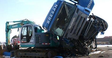 Unfall in Suben - Sattelschlepper zusammengekracht (Bild: FF Suben)