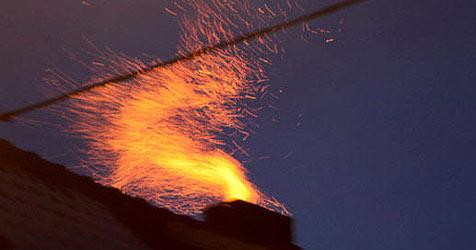 Kaminbrand löst Funkenflug in Alkoven aus (Bild: FF Alkoven / Kollinger)
