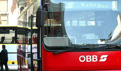 Busse vergessen - neue Groteske zu Linksabbiegeverbot (Bild: APA/HARALD SCHNEIDER)